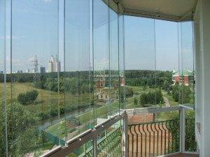 На фото - безрамное остекление балкона с пластиковыми профилями, lok48.ru