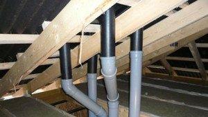 На фото - монтаж вентиляционной системы в доме из СИП-панелей, stroiki-doma.net