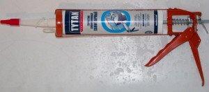На фото - установка тубы герметика в монтажный пистолет, fabrika.dp.ua
