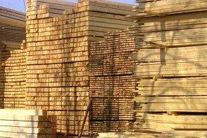 На фото - хвойная древесина для каркасного строительства, кровельщики.kiev.ua