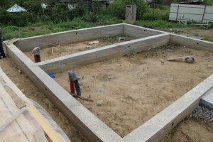 На фото - ленточный фундамент для каркасного дачного дома, wikidacha.ru