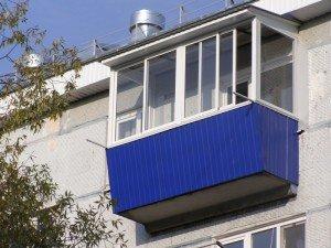 На фото - остекление балкона с выносом, arkos-tomsk.ru
