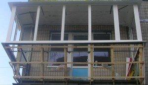 Фото процесса остекления балкона с выносом, build-experts.ru