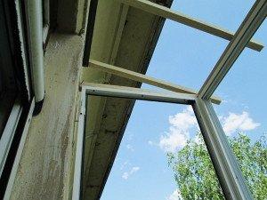 На фото - крепление рамы для остекления балкона, oknastars.ru