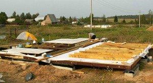 На фото - укладка чистового пола каркасного дома, stroimkarkasnik.ru