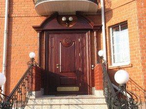 На фото - дверь из стали для загородного дома, centr51.ru