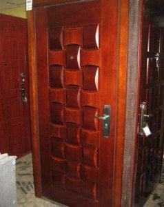На фото - стальная входная дверь с отделкой из массива дерева, samistroim.info