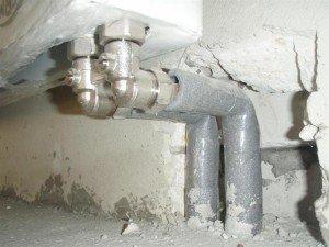 Фото труднодоступности труб при нижнем подключении радиатора, tehnoprofit.ru