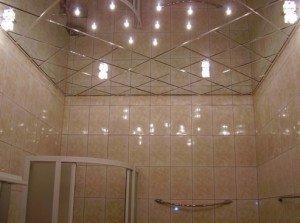 На фото - зеркальный потолок в ванной, dizain-vannoi.ru