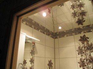 На фото - качественный зеркальный потолок для ванной, forum.ivd.ru