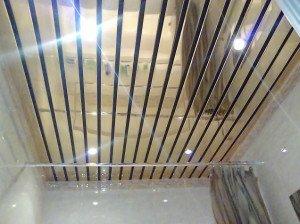 На фото - реечный зеркальный потолок для ванной, eto-vannaya.ru