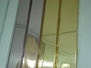 На фото - рейки для зеркального реечного потолка в ванной, vksplus.ru