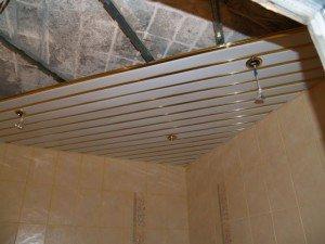Фото монтажа зеркального реечного потолка в ванной, potolokspec.ru