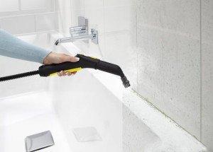Фото очистки шва между плиткой и ванной перед герметизацией, na12.ru