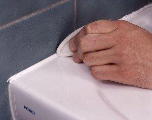 На фото - формирование швов между плиткой и ванной, masters-club.ru