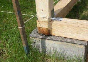 На фото - крепление к фундаменту обвязочного деревянного пояса, svoyabesedka.ru
