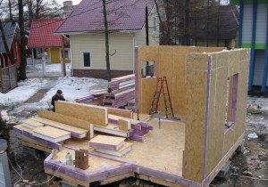 На фото - крепеж стеновых сип-панелей каркасного дома, dacha-dom.ru