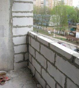 На фото - укладка пенобетонных блоков парапета лоджии, obalkonah.ru
