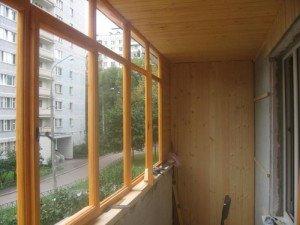 На фото - деревянные окна лоджии, build-experts.ru