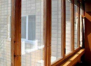 На фото - холодное остекление балкона деревянными рамами, kupiteokna.ru