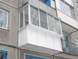 Фото теплого остекления балкона с выносом по подоконнику, balkonhelp.ru