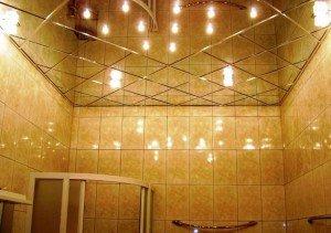 В чем достоинства зеркальных потолков?