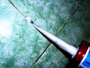 На фото - применение акрилового герметика, facade-siding.com