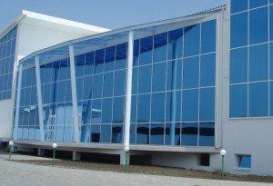 На фото - презентабельное строение с фасадным остеклением, lumixpro.ru