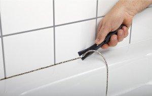 Фото удаления старого герметика в ванной, masters-club.ru