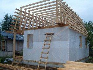 На фото - сооружение ломаной кровли каркасного дома, stroy-dom-belarus.jimdo.com