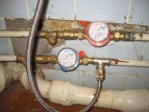 На фото - центральное водоснабжение из стальных труб, dvn-stroy.ru