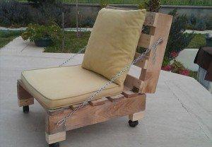 На фото - самодельная мебель для дачи из поддонов, woodenpalletfurniture.com