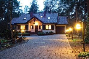 На фото - освещенность парковочной зоны возле частного дома, muratordom.com.ua