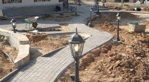 На фото - установка осветительных приборов для сада, garden-club.ru
