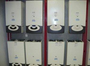 На фото - покупка настенного котла отопления, utepleniedoma.com