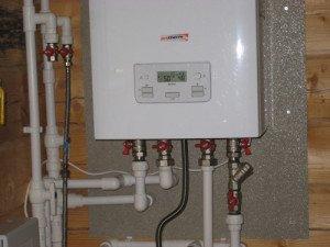 На фото - краны на трубных соединениях котла отопления, klivent.net
