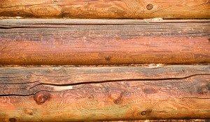 На фото - трещины на древесине дома, rmnt.ru