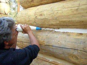 На фото - герметик для щелей между бревнами в доме из сруба, vnegoroda.com
