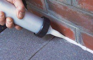 На фото - применение силиконового герметика для наружных работ, build-chemi.ru