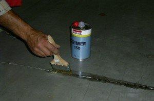 На фото - обработка поверхности перед нанесением силиконового герметика, soudal.by