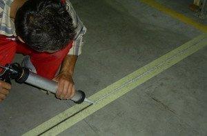 Фото нанесения силиконового герметика, soudal.by