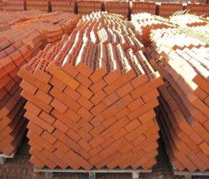 На фото - кирпичи для строительства дома, kirpich174.ru