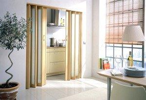 На фото - складные двери из натуральной древесины, gid-str.ru