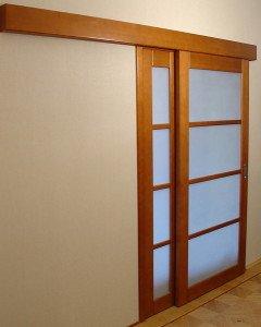 На фото - параллельно-сдвижные межкомнатные двери, moyagostinaya.ru