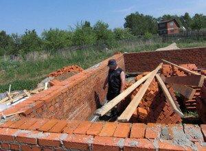 На фото - кладка в полтора кирпича, zaborprofnastil.ru