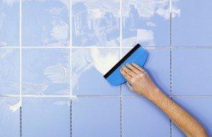 На фото - нанесение затирки на швы плитки широким шпателем, build-experts.ru