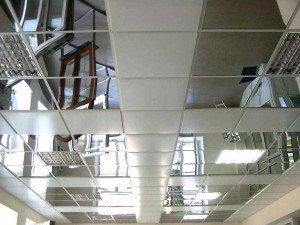 На фото - зеркальные панели на потолке, alberomarket.ru