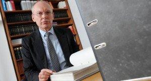 На фото - опытный юрист, dw.de