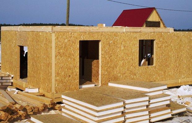 На фото - возведение дома из SIP-панелей