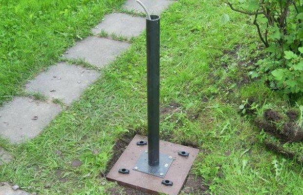 Установка столбов для фонарей на загородном участке